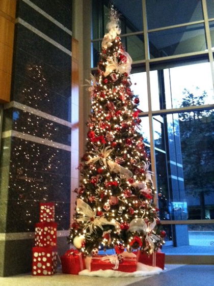office-building-christmas-tree-decorations