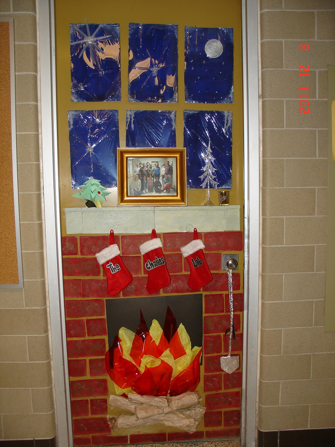 classroom-door-with-a-christmas-decoration